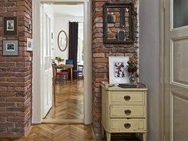 Přírodní materiály a úcta k původnímu řemeslu jsou nosným tématem bytu.