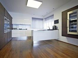 Kuchyňská linka byla vyrobena podle návrhu architekta z MDF desek s bílým lesklým a hnědým matným lakem.