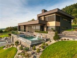Tvar domu je jasn� dan� orientac� ke sv�tov�m stran�m, funkce jednotliv�ch...
