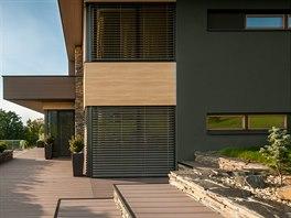 Finální úpravu fasády domu tvoří z východní strany speciální grafitová fasádní omítka firmy Caparol.