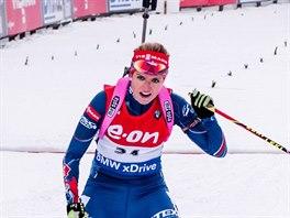 JÁ ZASE VYHRÁLA! Gabriela Soukalová projíždí cílem sprintu v Pokljuce. Stejně jako před dvěma lety je tu nejrychlejší ze všech.