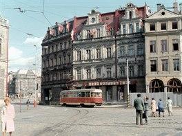 Kolize sovětského tanku s domem v podloubí natolik narušila statiku domů na náměstí, že již bylo nebezpečné tudy s několikatunovou tramvají plnou lidí projíždět.