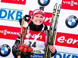 VÍTĚZKA. Gabriela Soukalová se usmívá na stupních vítězů, triumfovala ve sprintu v Pokljuce.