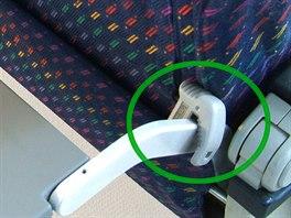 Chránič kolen (Knee defender) - kontroverzní výrobek, který zabrání sklopení sedadla před vámi, už řada aerolinek zakázala.