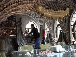 Kavárna u Vetřelce ve švýcarském Gruyéres. Celý podnik je vytvořen ve stylu slavného návrháře a malíře HR Gigera.