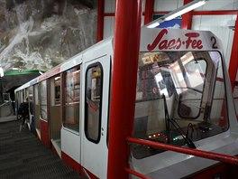 Do nejvyšší otáčivé restaurace v Evropě vás doveze nejvyšší metro světa. Cíl je ve výšce 3 500 metrů.