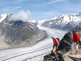 Dolní část splazu Aletschského ledovce pohledem z vrcholu Eggishornu. Je jasně zřetelné, kam až led sahal ještě před několika desítkami let.