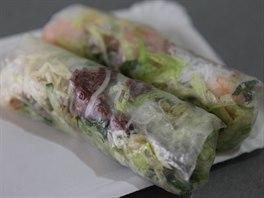 Nesmažené, vlastnoručně balené jarní závitky patří na vietnamský slavnostní stůl, ale o Štědrém večeru je alespoň v Česku pozvolna vytlačuje smažený kapr.