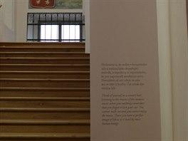 Schodiště do věže lemují panely s citáty.