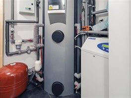 Dům pohání několik zařízení. Klíčovým prvkem technického zařízení je vytápěcí a větrací jednotka se zpětným získáváním tepla.