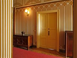 Dřevem či umělým kamenem obložené stěny doplňovala geometrická výmalba podle návrhů Františka Kysely.