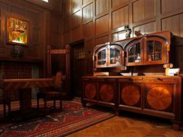 Interiér se vyznačuje umělecky a řemeslně náročným provedením.