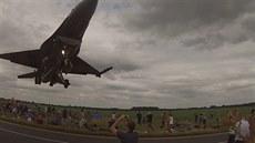 Extrémn� nízký pr�let stíha�ky F-16 na letecké show ve Waddingtonu.