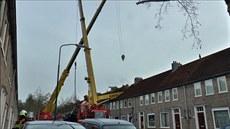 Rameno je�ábu spadlo na st�echu domu v Nizozemsku.