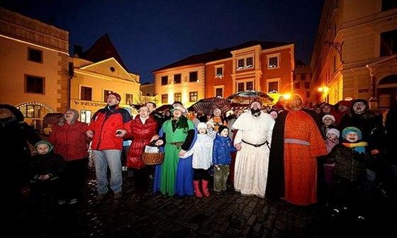 Sfouknout vánoční strom a tím ukončit období Vánoc můžete na náměstí v Českém Krumlově