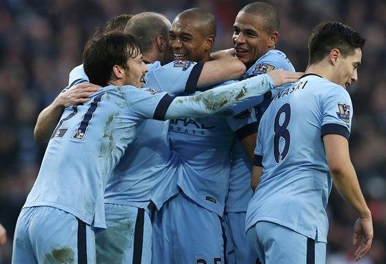 RADOST BLEDĚMODRÝCH. Fotbalisté Manchesteru City oslavují trefu Fernandinha (uprostřed).