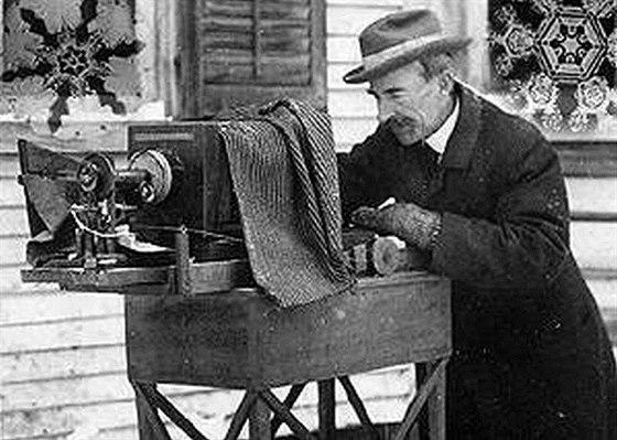 Wilson Bentley se svou soupravou na mikrofotografické zachycení ledových krystalů. Vydržela mu od jeho 17. narozenin až do smrti.