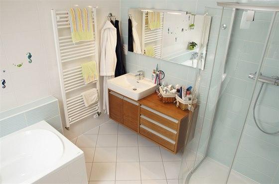 Koupelna v podkroví je vybavena kvalitní sanitární keramikou tuzemské výroby. Ani zde nechybí teplo přírodního dřeva