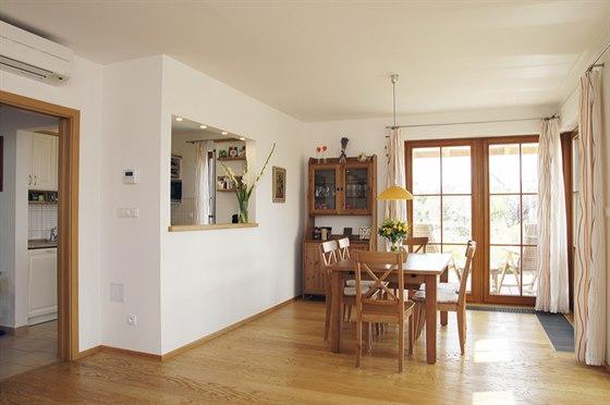 Rohová prosklená stěna ze dřeva s dělicími příčkami byla tou nejdražší variantou, dala ale interiéru útulný vzhled. Kuchyň a jídelnu spojuje podávací okno.