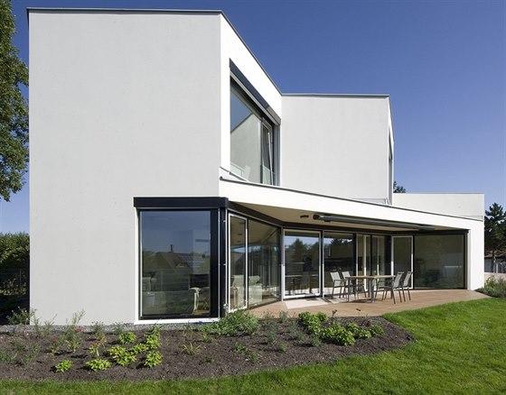 Západní fasáda je prolamována tak, aby dovnitř domu pronikalo i jižní slunce.
