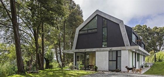 S betonovými nosníky ladí střecha pokrytá moderním šindelem.
