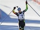 VYČERPANÁ, ALE USMĚVAVÁ. Darja Domračevová slaví vítězství ve stíhacím závodu v Pokljuce.