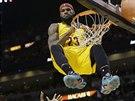 LeBron James z Clevelandu se z gustem zavěsil na koš bývalých spoluhráčů z Miami. Výhry se však nedočkal.