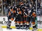 Hokejisté Anaheimu oslavují vítězný gól v prodloužení.