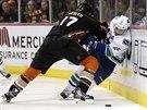 Ryan Kesler z Anaheimu nekompromisně zastavil Brada Richardsona z Vancouveru.