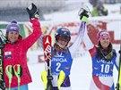 VŠEOBECNÁ SPOKOJENOST. Zleva Šárka Strachová, Mikaela Shiffrinová a Wendy Holdenerová po slalomu v Kühtai.