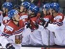 Čeští hokejoví junioři oslavují gól Marka Růžičky (17) v utkání MS proti Švýcarsku.