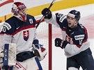 Slovenští hokejisté do 20 let slaví vítězství nad Finskem na mistrovství světa. Vpravo je sparťanský útočník Martin Réway.