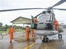 Vrtulník indonéských vzdušných sil  se chystá vzlétnout a pátrat po zmizélém airbusu společnosti AirAsia.
