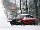 Jedna z nehod, které se na sněhu staly na Karlovarsku. (29. prosince 2014)