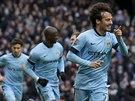 Záložník Manchesteru City David Silva (vpravo) se raduje z gólu v zápase anglické ligy.