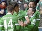 G�LOV� RADOST. Fotbalist� Werderu Br�m oslavuj� g�l v utk�n� n�meck� ligy proti Borussi Dortmund. Branku za��dil u� ve 3. minut� Davie Selke (t�et� zprava).