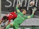 CHYTÍM TO! Brankář Frankfurtu Timo Hildebrand (vpravo) svádí souboj s Emirem Spahičem, obráncem Leverkusenu. Míč v tomto případě za svá záda nepustil.