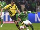 Fin Bartels (vpravo) z Werderu Brém se snaží protáhnout kolem Sebastiana Kehl, záložníka Borussie Dortmund.