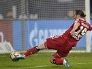 PROMARNĚNÁ ŠANCE. Český záložník Petr Jiráček (vlevo) netrefil odkrytou branku Schalke.