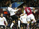 Radamel Falcao (druhý zleva), útočník Manchesteru United, hlavičkuje na bránu Aston Villy v zápase anglické ligy.