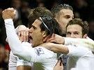 Fotbalisté Manchesteru United slaví gól v utkání anglické ligy proti Aston Ville.