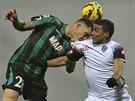 TVRDÝ SOUBOJ. Emanuele Terranova (vlevo) ze Sassuola bojuje o míč s Gregoirem Defrelem, fotbalistou Ceseny.