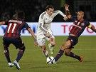 Gareth Bale (uprostřed), záložník Realu Madrid, se snaží proniknout mezi dvěma hráči San Lorenza ve finále mistrovství světa klubů.