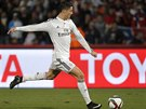 DÁ GÓL? Hvězdný útočník Cristiano Ronaldo (vlevo) se snaží vstřelit branku ve finále mistrovství světa klubů proti San Lorenzu.