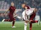 Jose Holebas (vpravo), obránce AS Řím, se snaží projít přes Nigela de Jonga z AC Milán.