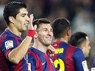 TÝMOVÁ OSLAVA. Fotbalisté Barcelony se radují z vítězství v zápase španělské ligy.