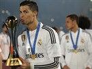 DALŠÍ TROFEJ. Cristiano Ronaldo (uprostřed) líbá trofej pro vítěze klubového mistrovství světa.