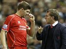 PORADA. Manažer Liverpoolu Brendan Rodgers (vpravo) udílí pokyny kapitánovi svého týmu Stevenu Gerrardovi.