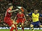 GÓLOVÝ MOMENT. Olivier Giroud (ve žlutém), útočník Arsenalu, nikým nehlídán střílí druhou branku svého týmu v utkání anglické ligy proti Liverpoolu.