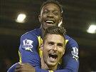 Fotbalisté Arsenalu oslavují gól do sítě Liverpoolu,
